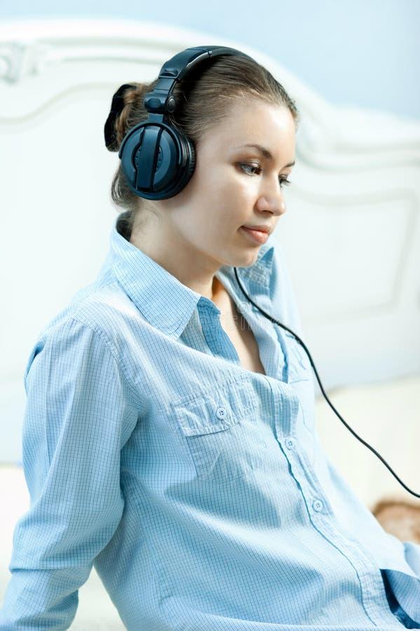Mädchen mit Kopfhörern stockfotografie