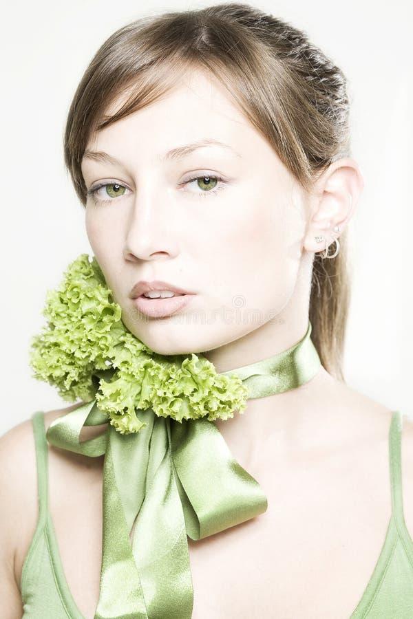 Mädchen mit Kopfsalatgrünbogen lizenzfreie stockfotos