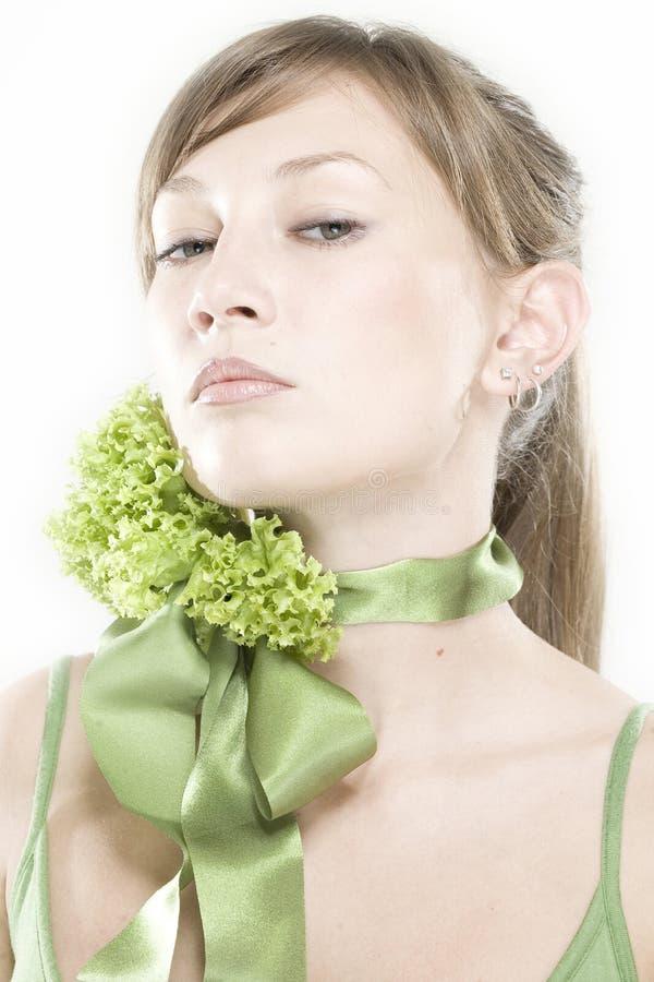 Mädchen mit Kopfsalatgrünbogen stockfotos