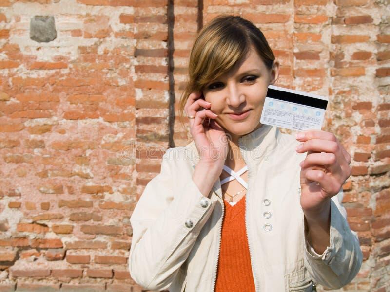 Mädchen mit Kreditkarte und Handy stockfoto