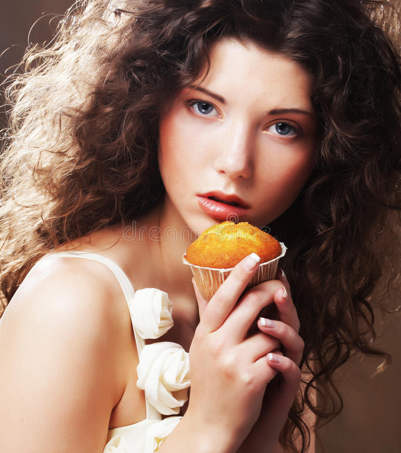 Mädchen mit Kuchen stockfotografie