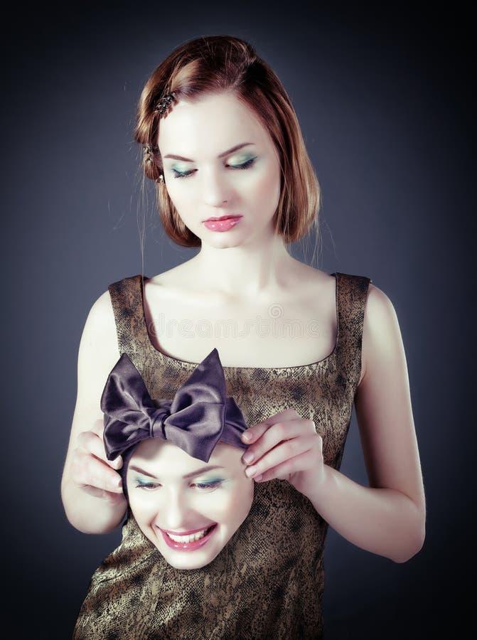 Mädchen mit L Gesichtsmaske stockbild