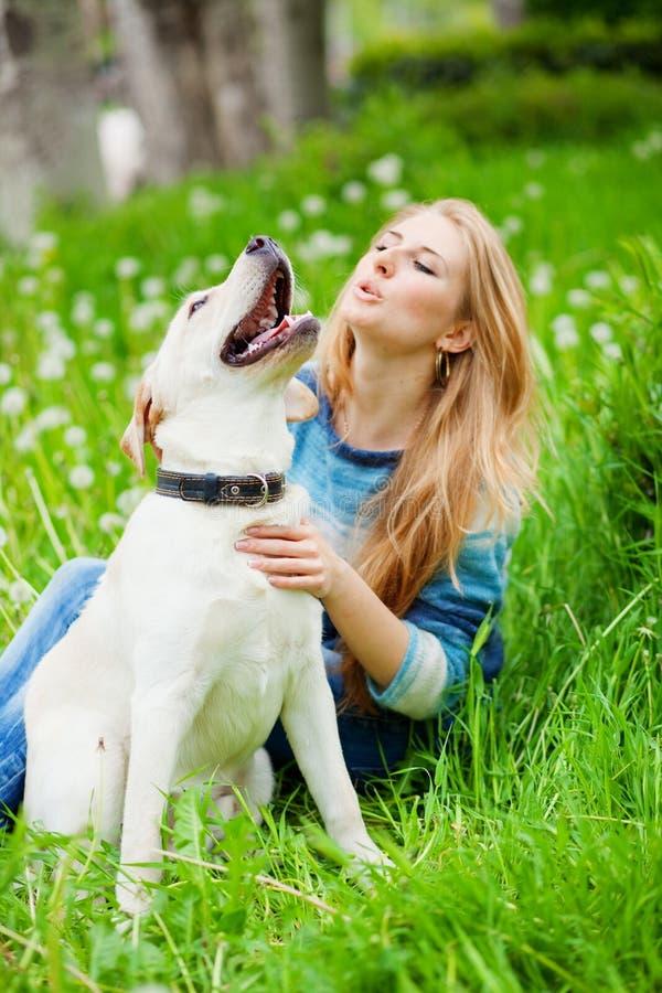 Mädchen mit Labrador stockfotografie