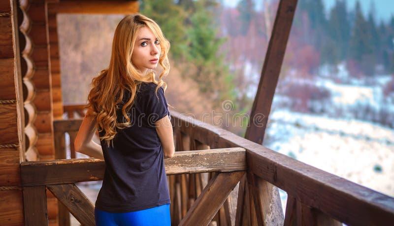 Mädchen mit langem Blick des gelockten Haares lizenzfreies stockfoto