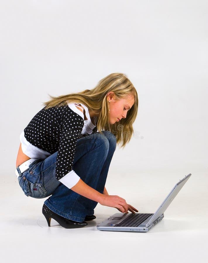 Mädchen mit Laptop lizenzfreie stockbilder