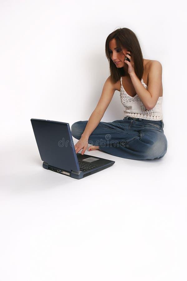Mädchen mit Laptop und Mobiltelefon stockbilder