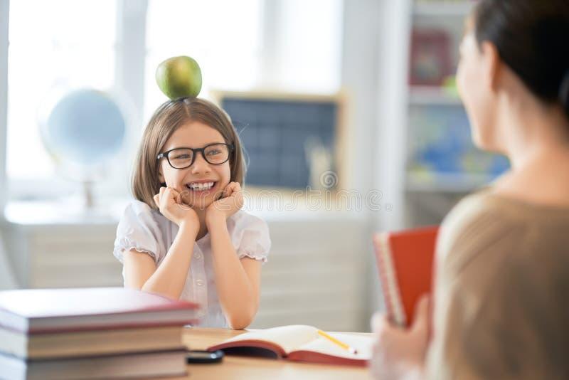 Mädchen mit Lehrer im Klassenzimmer stockfotografie