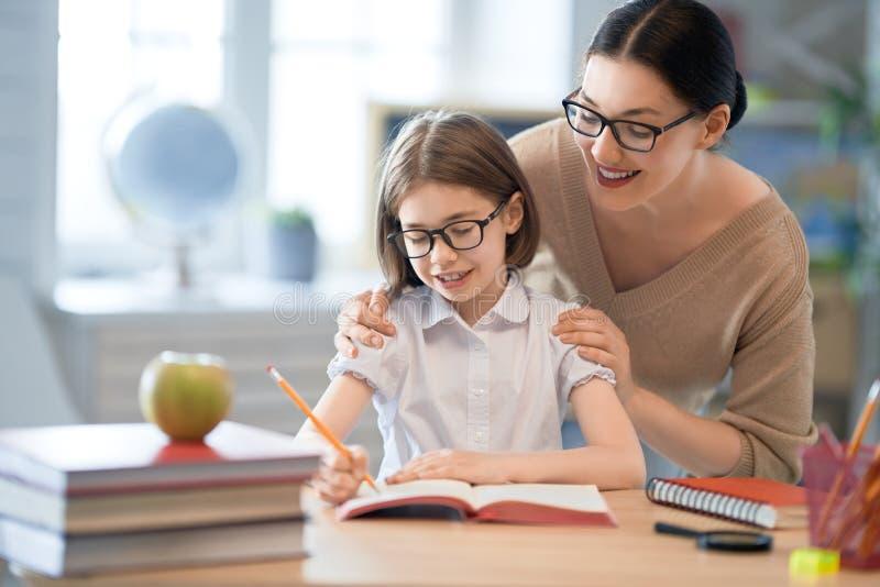 Mädchen mit Lehrer im Klassenzimmer lizenzfreie stockbilder