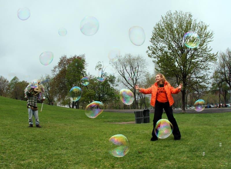 Mädchen mit Luftblasen lizenzfreies stockbild