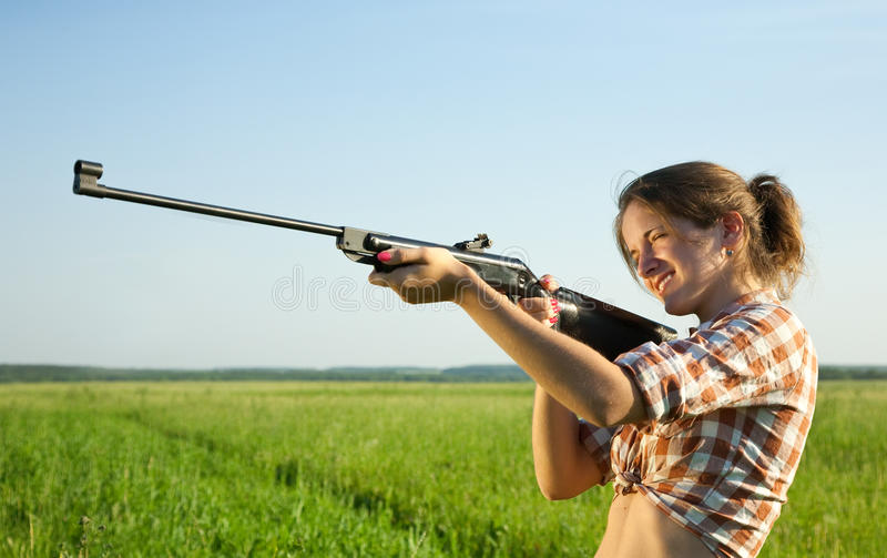 Mädchen mit Luftgewehr stockfoto