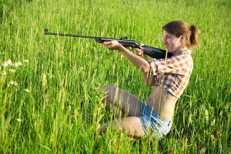 Mädchen mit Luftgewehr lizenzfreie stockfotos