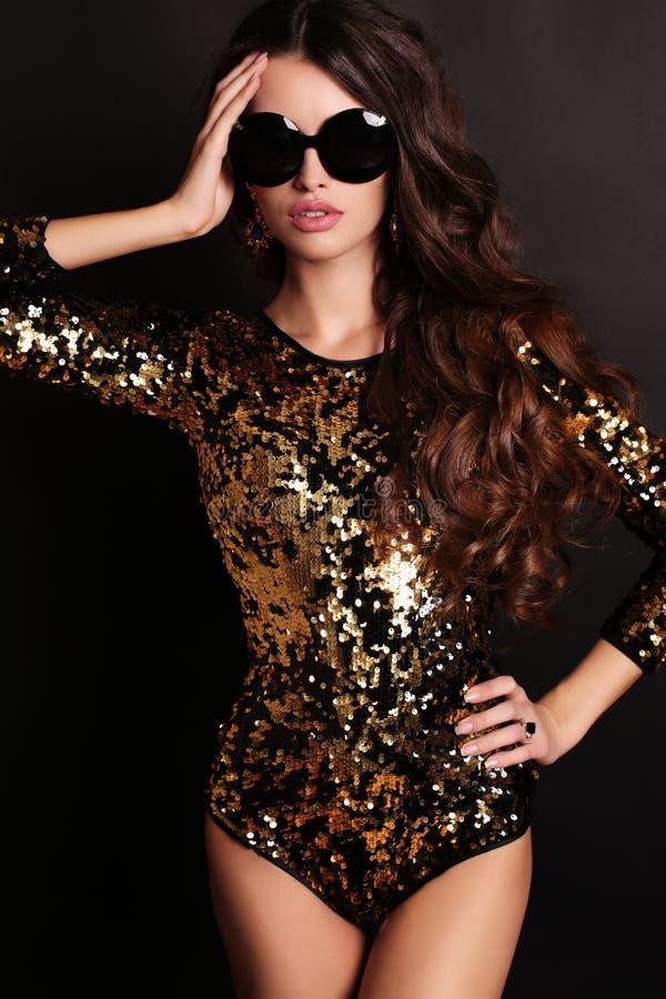 Mädchen mit luxuriösem langem tragendem Paillettekorsett und -Sonnenbrille des dunklen Haares stockfotos
