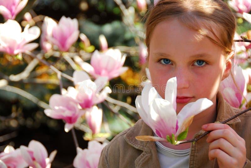 Mädchen mit Magnolie lizenzfreies stockfoto