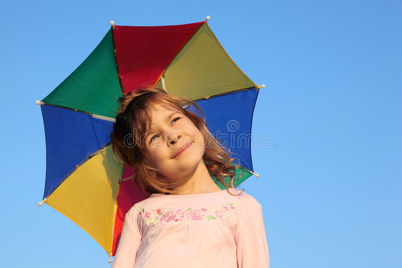 Mädchen mit Mehrfarbenregenbogenregenschirm stockbilder