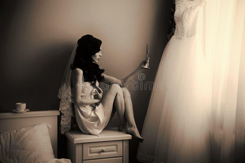 Mädchen mit modernem Make-upblick auf Spiegel lizenzfreie stockfotos