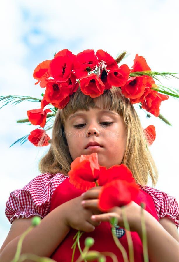 Mädchen Mit Mohnblumen Lizenzfreies Stockbild