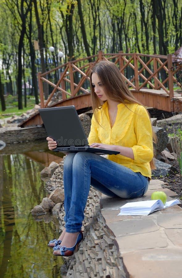 Mädchen mit Notizbuch lizenzfreies stockbild