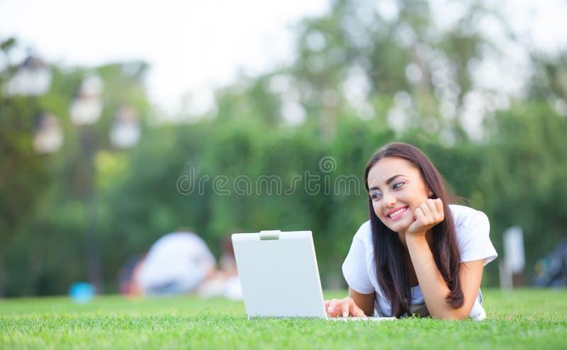 Mädchen mit Notizbuch lizenzfreie stockfotos