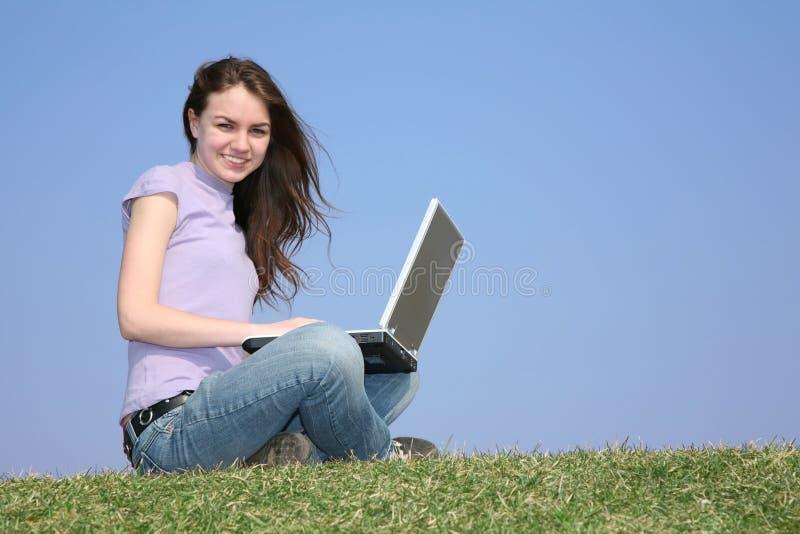 Mädchen mit Notizbuch auf Wiese stockbild