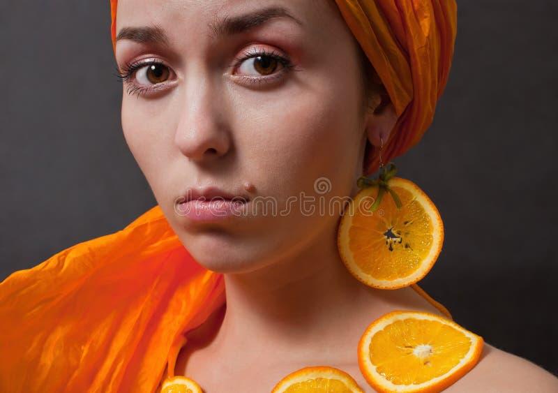 Mädchen mit orange Kopftuch lizenzfreie stockfotos