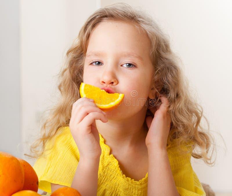 Mädchen mit Orangen zu Hause lizenzfreies stockbild