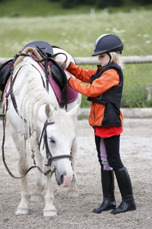 Mädchen mit Pferd stockfotos