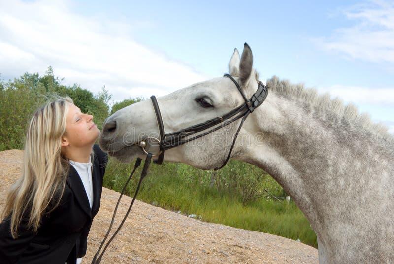 Mädchen mit Pferd lizenzfreies stockbild
