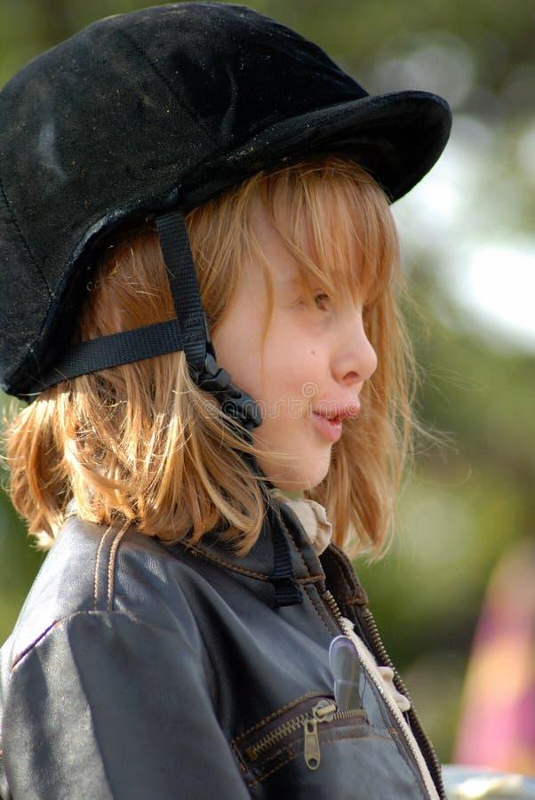 Mädchen mit Pferdensicherheitshut lizenzfreies stockfoto