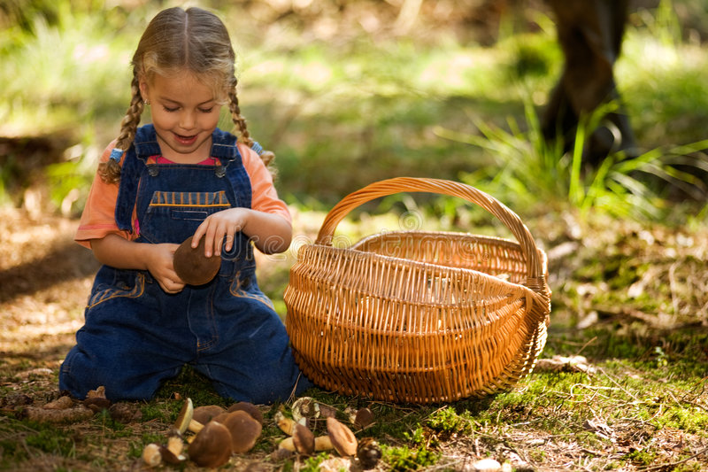 Mädchen mit Pilzen stockfotos