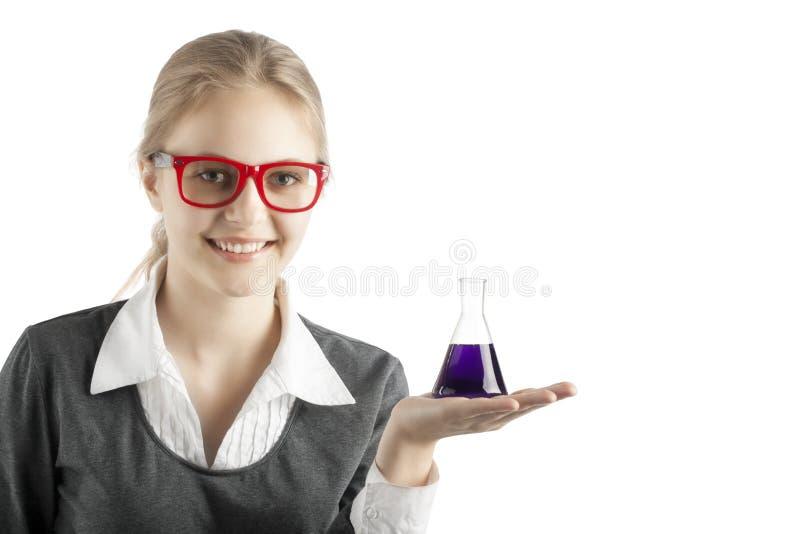 Mädchen mit Reagenzgläsern und Mikroskop für chemische Klasse lizenzfreie stockfotos