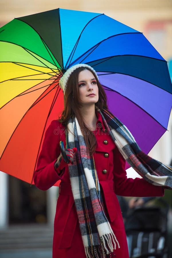 Mädchen mit Regenbogenregenschirm stockfotografie