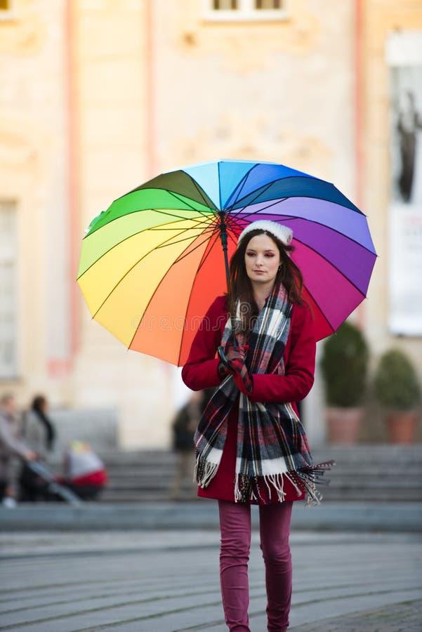 Mädchen mit Regenbogenregenschirm lizenzfreie stockfotografie
