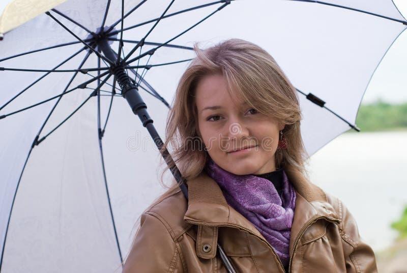 Mädchen mit Regenschirm lizenzfreies stockbild
