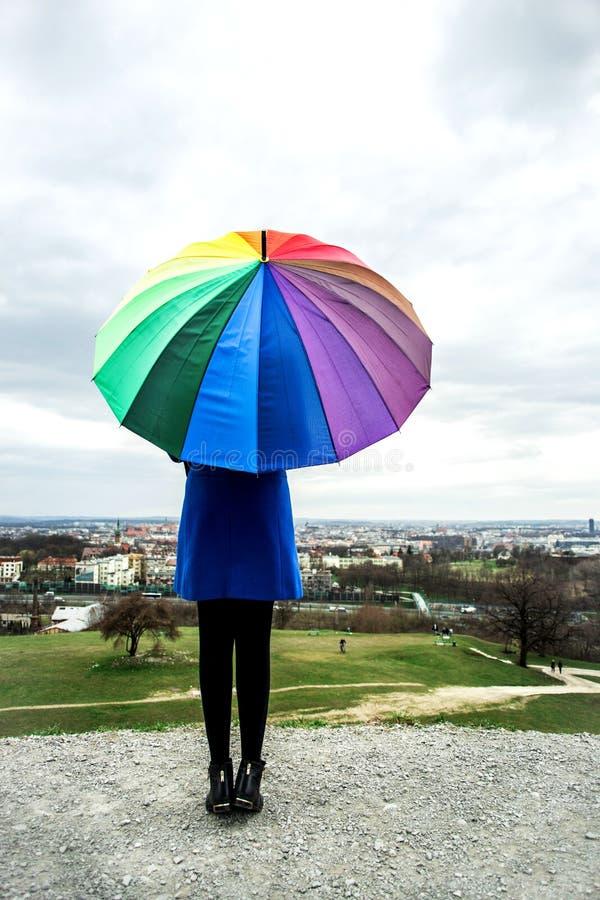 Mädchen mit Regenschirm lizenzfreie stockfotografie