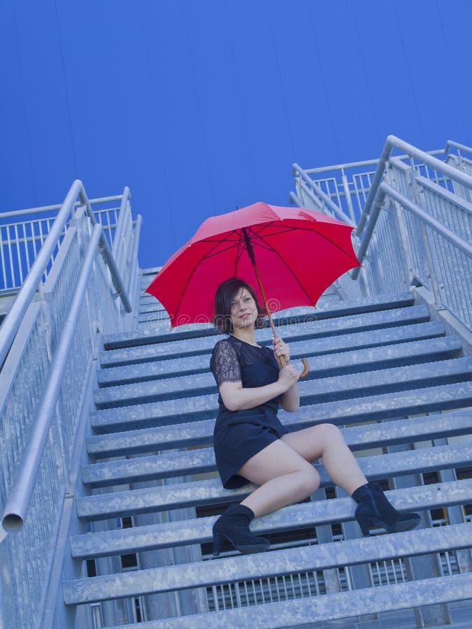 Mädchen mit Regenschirm lizenzfreie stockbilder