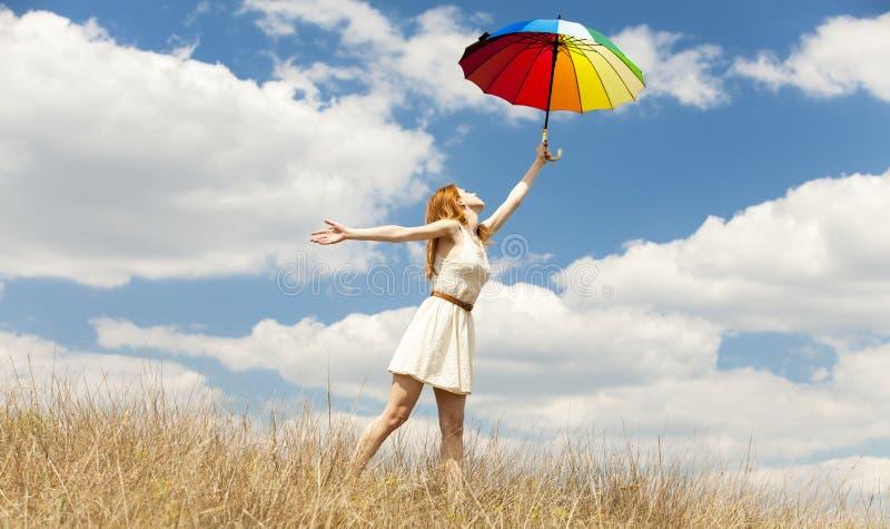 Mädchen mit Regenschirm an im Freien. stockbild