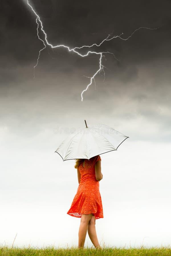 Mädchen mit Regenschirm im Sturm stockfoto
