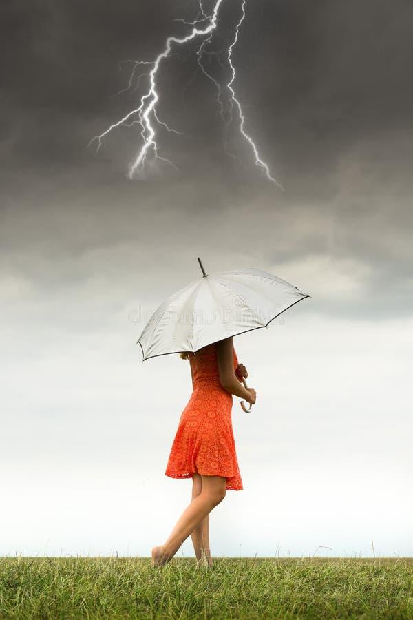 Mädchen mit Regenschirm im Sturm stockfotografie