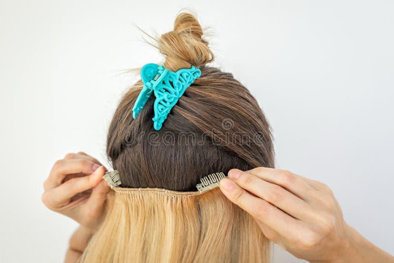 Mädchen mit remy remi menschlicher natürlicher, blonder Haarspange in den Erweiterungen stockfoto
