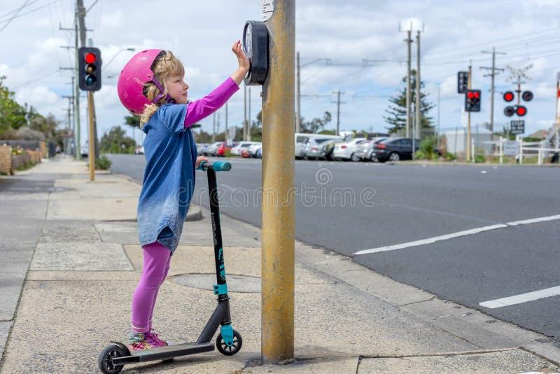 Mädchen mit Roller an Überfahrt 04 lizenzfreie stockfotografie