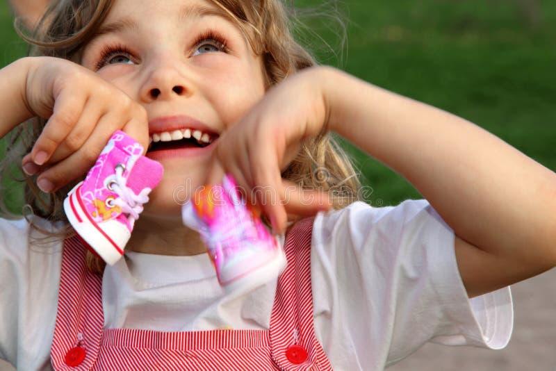 Mädchen mit rosafarbenen Schuhen für Tiere lizenzfreie stockfotografie