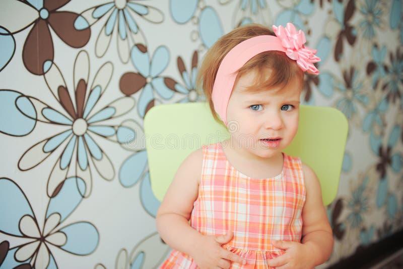 Mädchen mit Rose Headband lizenzfreie stockfotos