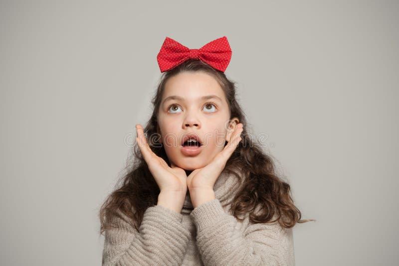 Mädchen mit rotem Bogen lizenzfreies stockbild