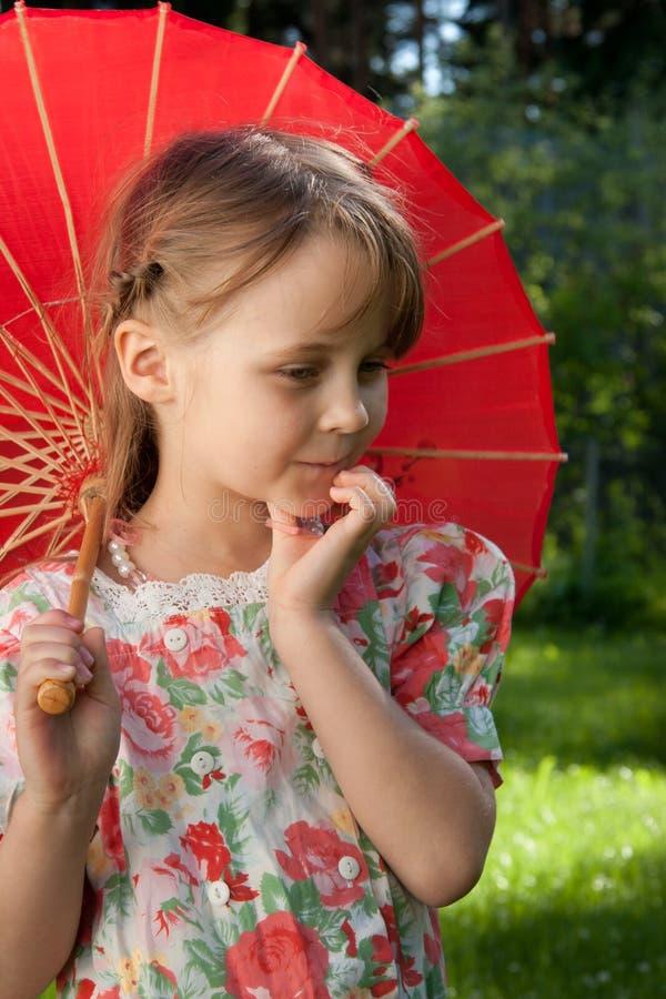 Mädchen mit rotem Regenschirm stockfoto