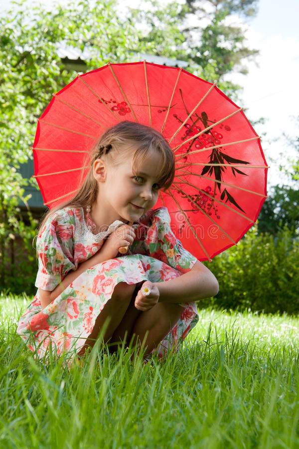 Mädchen mit rotem Regenschirm lizenzfreie stockbilder