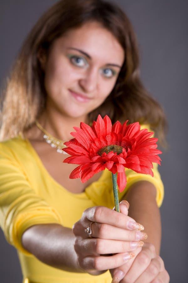 Mädchen mit roter Blume stockfotografie