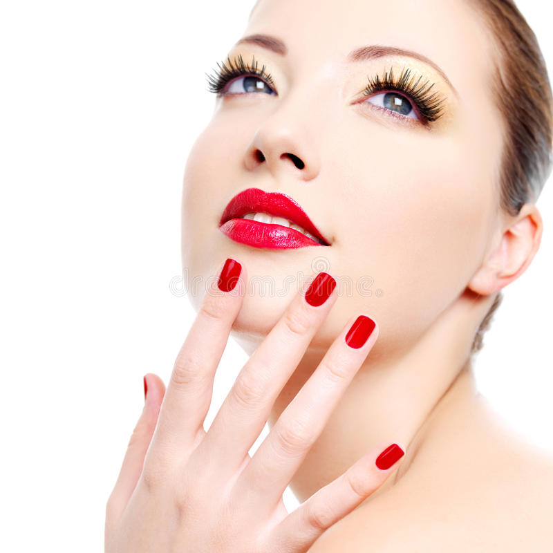 Mädchen mit roter Glanzmaniküre und den reizvollen Lippen lizenzfreie stockbilder