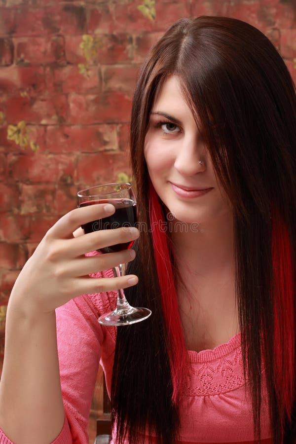 Mädchen mit Rotwein stockfotos