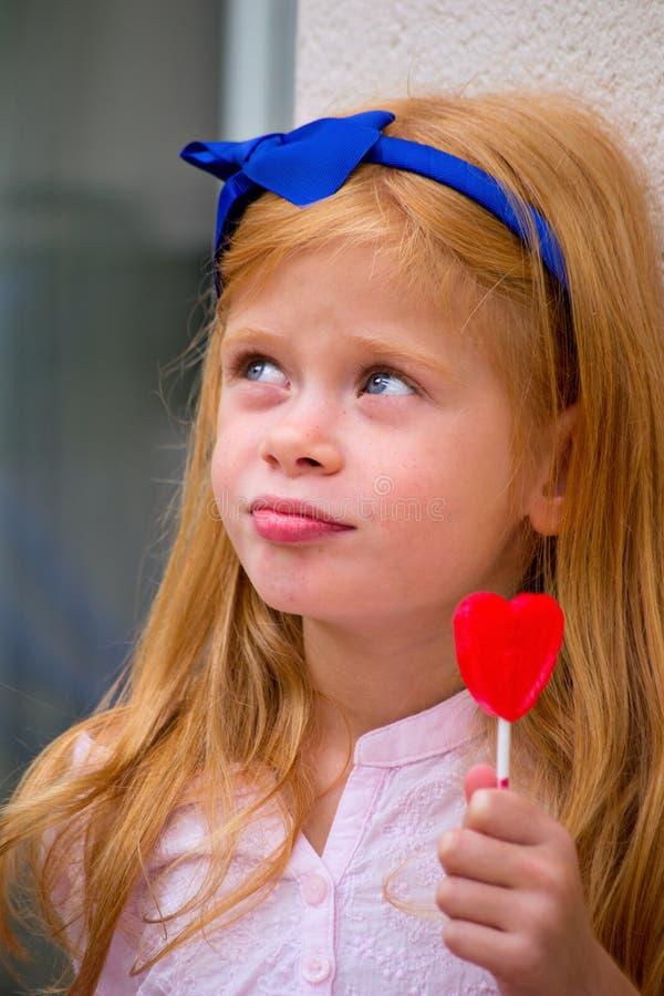 Download Mädchen mit Süßigkeit stockbild. Bild von süßigkeit, glücklich - 27727825