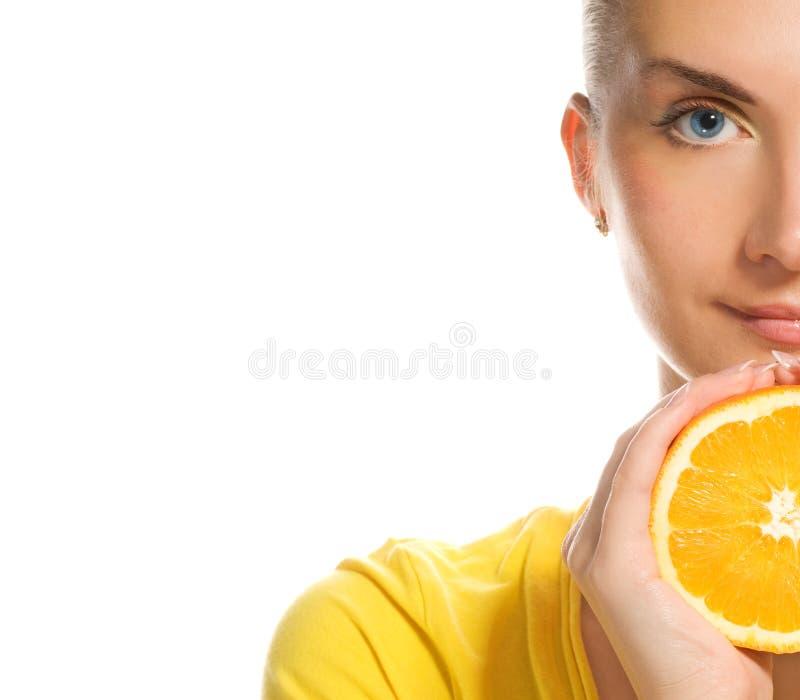 Mädchen mit saftiger Orange lizenzfreie stockfotos